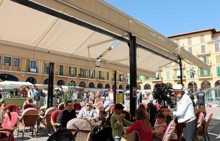 """Auf der Plaça Major in Palma werden schon seit Jahren """"Tiqueteros"""" eingesetzt."""