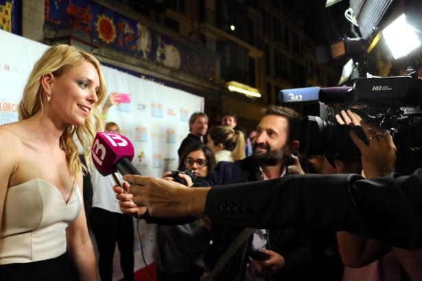 Kamera läuft: Festivaldirektorin Sandra Seeling 2017 auf dem Roten Teppich des Evolution Mallorca International Film Festivals.