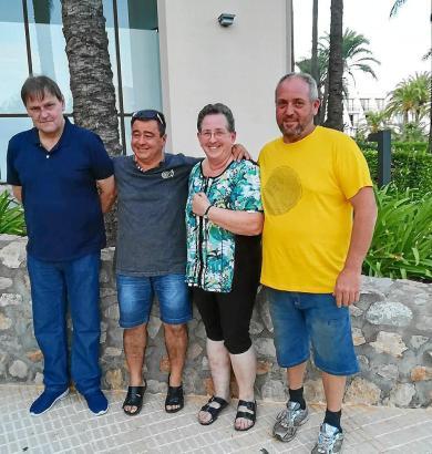Galmés und Montoro (mit kurzen Hosen) und das auf Mallorca gerettete niederländische Ehepaar.
