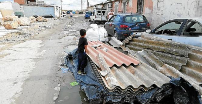 Die noch verbleibenden Bewohner von Son Banya, darunter Kinder, sehen sich durch die Abrissarbeiten zunehmenden Gefahren ausgese