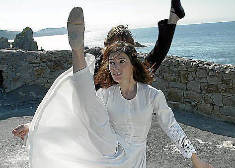 Nerea Ezenarro und Ioritz Galarraga bei Tanzproben an der baskischen Küste.