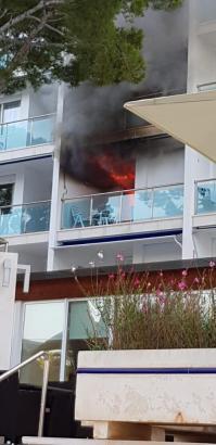 Die Flammen loderten aus einem der Hotelzimmer.