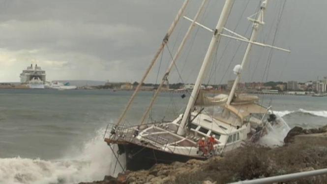 Die Yacht kurz nach der Strandung.