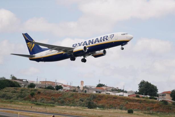 Blick auf einen startenden Ryanair-Jet.