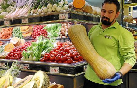Marcos Manzanero verkauft im Mercat d'Olivar in Palma Kürbisse. 2,50 Euro kostet das Kilo. Das Exemplar in seiner Hand wirkt bes