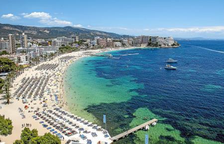 Der Strand von Magaluf steht für weißen Sand und türkises Meer, für Hochhäuser und Party-Hochburgen, für modernisierte Hotels wi