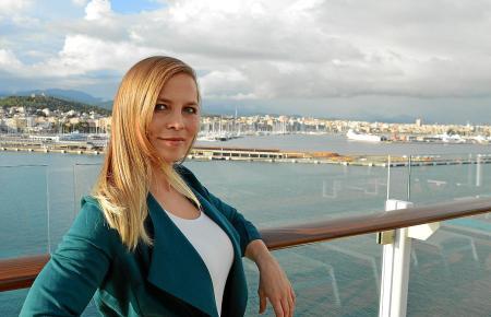 """Regina Halmich an Bord der """"Mein Schiff 5"""" im Hafen von Palma. Auf der Mittelmeerkreuzfahrt trainiert die Ex-Boxerin die Gäste a"""