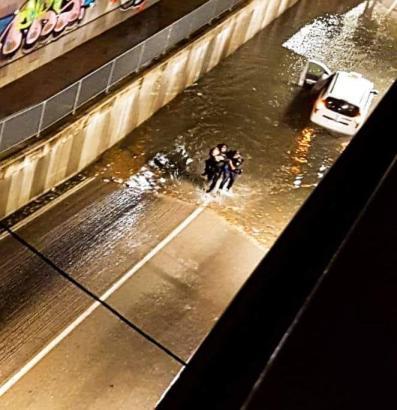 Polizeibeamte retten in einer überfluteten Unterführung in Marratxí eine Frau aus ihrem Auto.