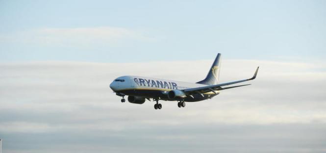 Blick auf einen landenden Ryanair-Jet.