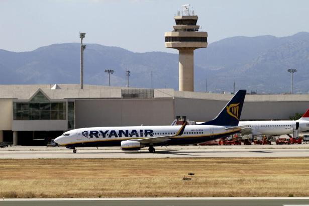 Eine Ryanair-Maschine am Airport Palma.