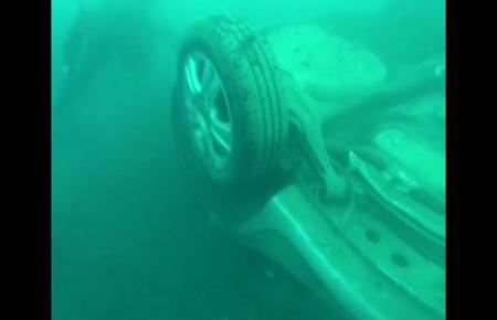 Ein Video der spanischen MM-Schwesterzeitung Ultima Hora zeigt, wie Taucher ein weiteres Autowrack aus 16 Metern Tiefe vor der K