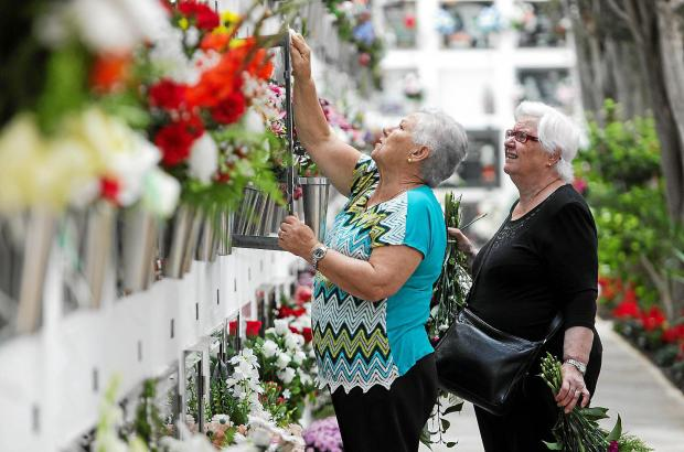 Auf Mallorca gedenken die Menschen an Allerheiligen traditionell der Toten, schmücken ihre Gräber und Grabnischen mit Blumen.