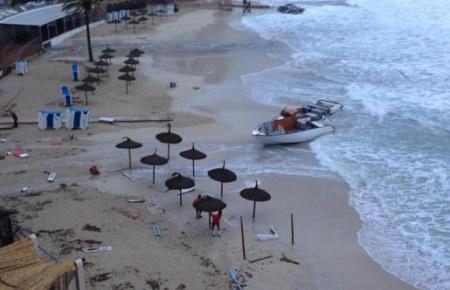 Dieses Bild zeigte sich am Mittwochmorgen am Strand von Cala Major in Palma.