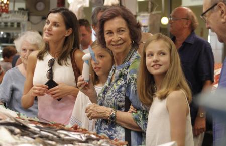 Zusammen mit ihren Enkelinnen Sofía und Leonor sowie Schwiegertochter Letizia besuchte Ex-Königin Sofía in diesem Sommer den Oli
