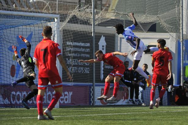 Der Ball ist drin: Stürmer Nuhu machte beide Treffer für Atlético Baleares.