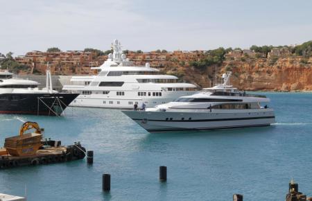 Yachten im Hafen von Port Adriano.