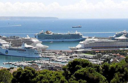 Stau im Hafen von Palma: Im Oktober gaben sich an mehreren Tagen vier bis fünf Schiffe ein Stelldichein.