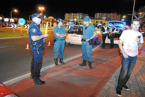 Polizisten im Einsatz in Port d'Alcúdia.