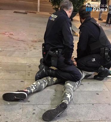 Blick auf den am Boden liegenden Kriminellen.
