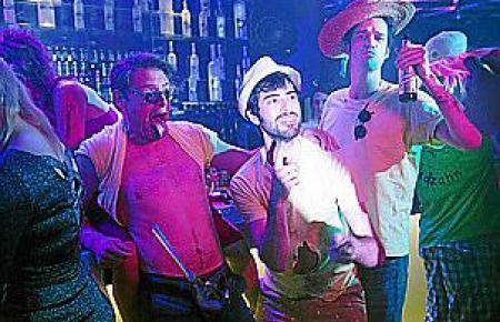 Max Giermann, Samy Challah und Max von Thun (v.l.n.r.) feiern im Film auf Mallorca. Gedreht wurde aber in Berlin.