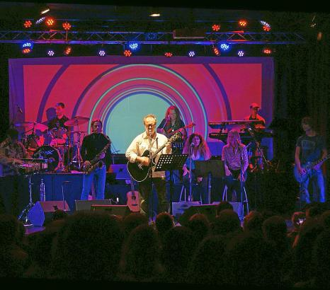 50-jähriges Bühnenjubiläum: Willi Meyer feiert mit Band, Gästen und Publikum.