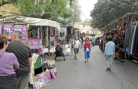 Der Markt von Sóller dehnt sich bis auf die Bahngleise aus.