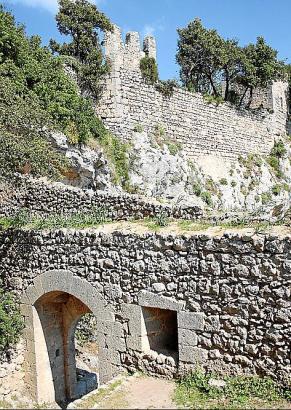 Der Eingang zum Burggelände: Aufgrund ihrer günstigen Lage konnte die Festung stets erst nach langer Belagerung erobert werden.