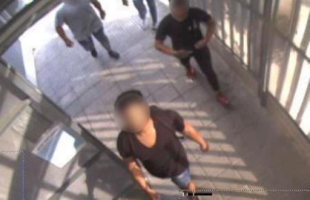 Aufnahmen aus Sicherheitskameras zeigen die Viererbande.