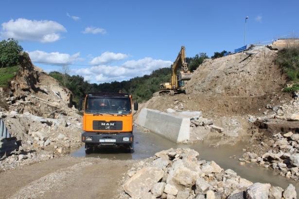Bauarbeiten an der eingestürzten Brücke der Ma-12