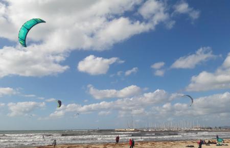Auch im November populär: Kite-Surfing.