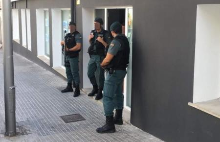 Beamte der Guardia Civil vor dem Büro von Mallorca investment Ende August.