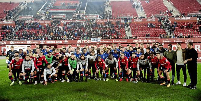 Vor dem Anpfiff versammelten sich beide Teams zum gemeinsamen Mannschaftsfoto.