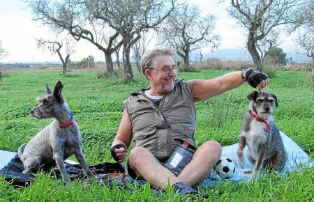 Martin Semmelrogge verbringt viel Freizeit mit seinen Hunden Teddy (l.) und Buddy. Zur Wohngemeinschaft gehört außerdem eine Kat