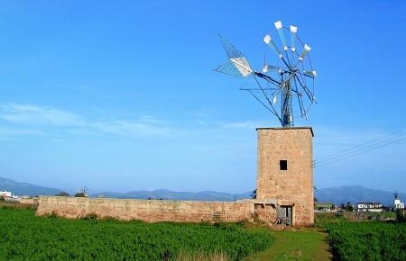 Restaurierte Mühle im Pla de Sant Jordi.