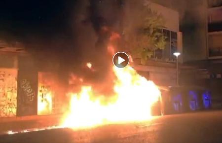 Das Feuer griff auch auf die Fassade eines benachbarten Hauses über.