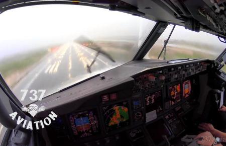 Landung einer Boeing 737 bei Starkregen in Palma.