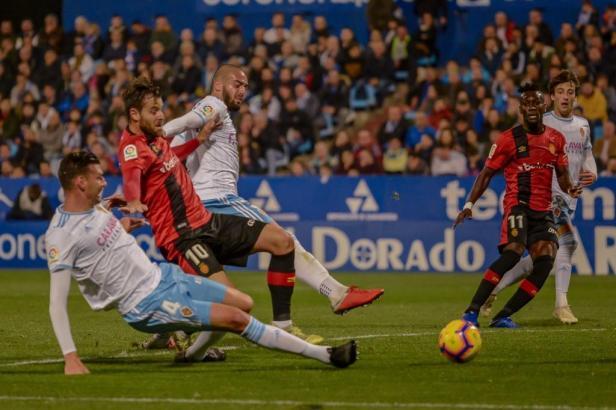 Hier bekommt es Reals Álex López gleich mit zwei Saragossa-Spielern zu tun. Im Hintergrund schaut Lago Junior zu.