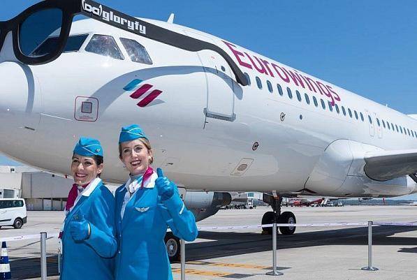 So frisch und luftig sind die Uniformen! Eurowings-Mitarbeiterinnen nebst Jet.