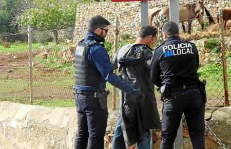 Polizeibeamte im Einsatz auf der Finca.