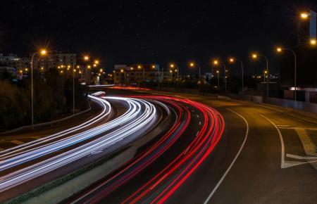 Fließender Verkehr in der Dunkelheit, ein Bild von José Miguel Raya.