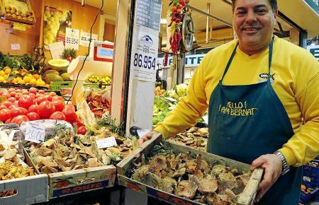 Bernard Contesti verkauft die Herbstdelikatessen auf dem Markt von Santa Catalina.