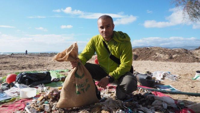 """Daniel Gálvez, Mitglied der Gruppe """"Per una mar sense plastic"""", möchte mit dem Fahrrad nach Madrid reisen, um der spanischen Reg"""