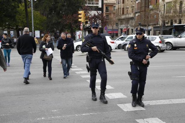 Polizisten mussten im Großaufgebot anrücken, um den angreifer niederzuringen.