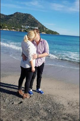Jens und Daniela Büchner am Strand auf Mallorca.
