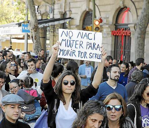 Die Teilnehmer der Demo machten mit Plakaten und Kundgebungen wie etwa hier am Plaça de Espanya auf zunehmende Gewalt gegenüber