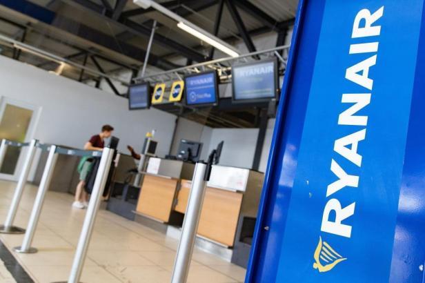 Blick auf einen Ryanair-Schalter.