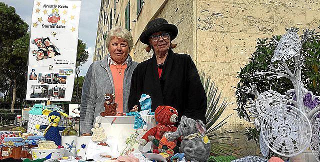Monika Linnkamp und Eva Reckert sind fleißige Strickerinnen.