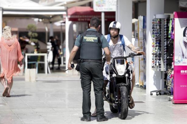 Beamter der Guardia Civil bei Straßenkontrolle auf Mallorca.