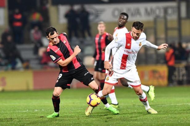 Reus' Stürmer Linares im Zweikampf mit Real Mallorcas Álex López.