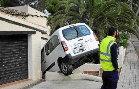 Das Fahrzeug blieb auf den Außentreppen des Hauses hängen.